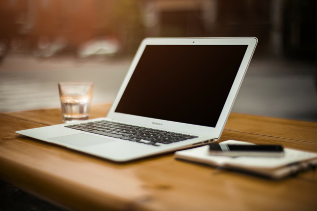 Gli strumenti dello scrittore: computer, smartphone, penna e taccuino